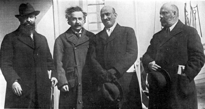 1921년 아인슈타인과 바이츠만(그 오른쪽)이 미국을 방문했을 때 함께 한 모습이다. - 위키피디아 제공